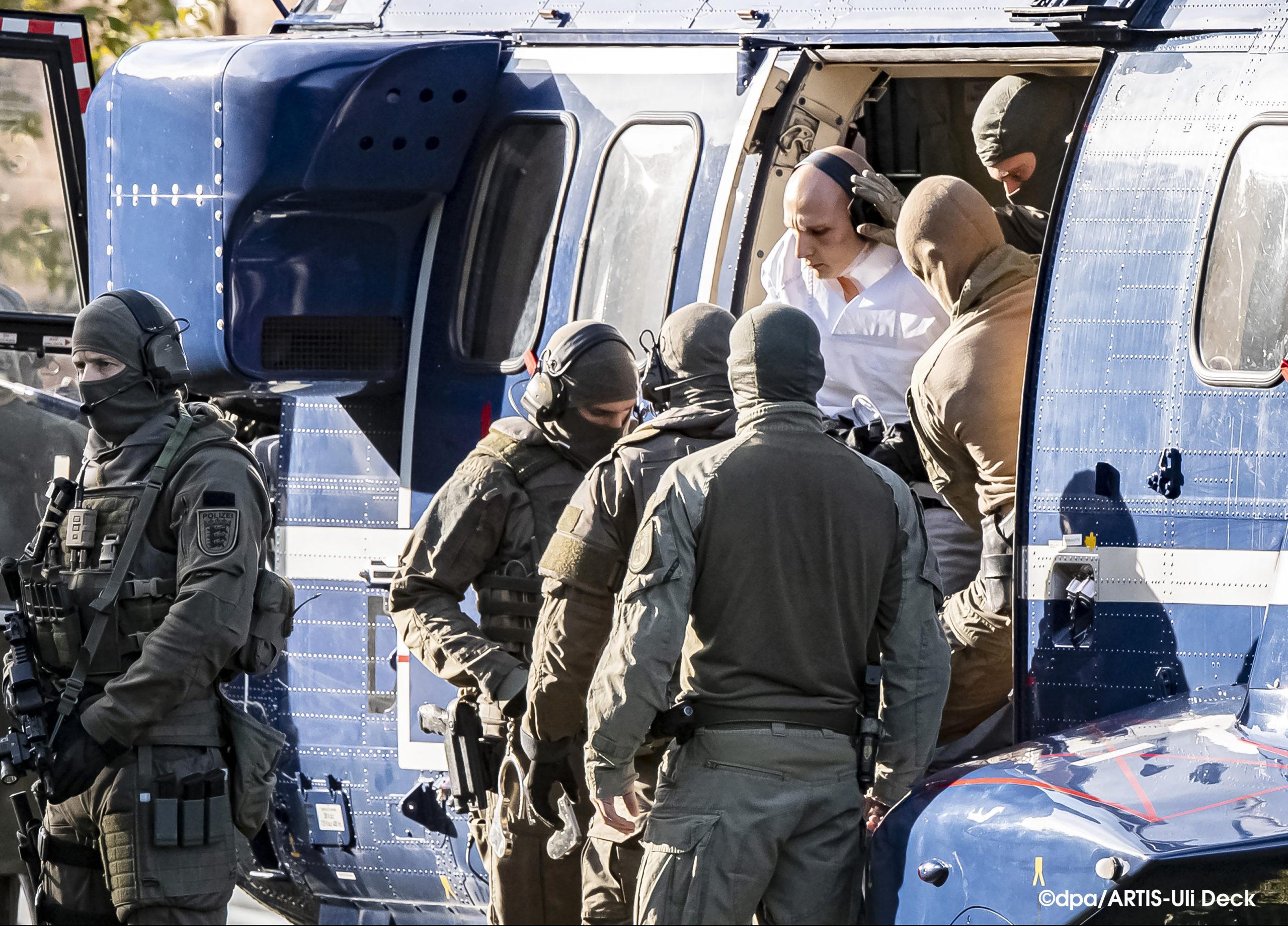 1.Platz dpa Bild des Jahres 2019 in der Kategorie News. Stephan B., der Attentäter von Halle, wird von Polizisten aus einem Hubschrauber gebracht, um zur Haftprüfung beim Bundesgerichtshof in Karlsruhe überstellt zu werden.