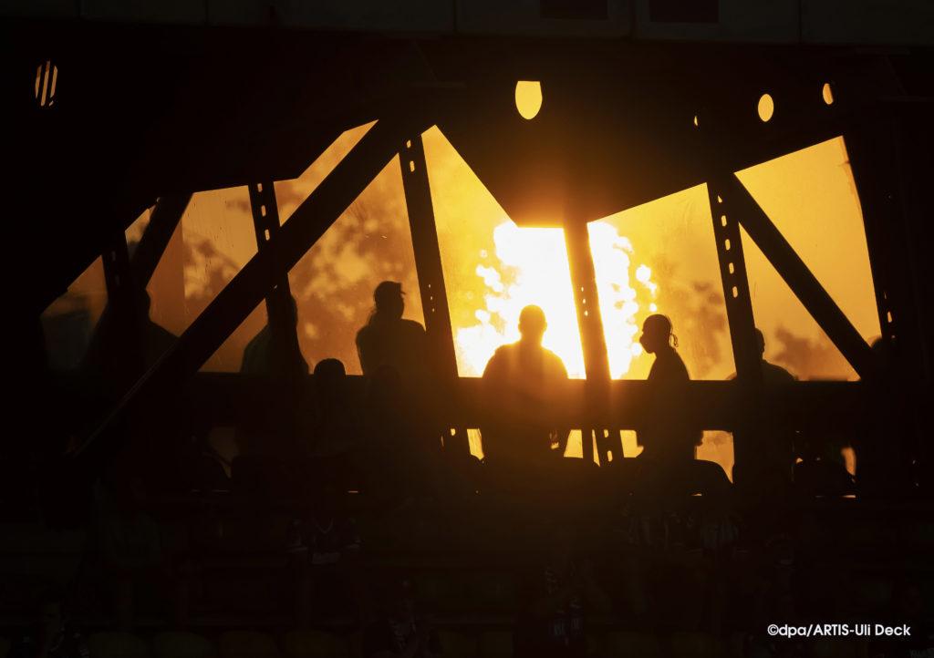 Abendsonne im Wildparkstadion Karlsruhe, beim DFB Pokal-Spiel des KSC gegen den 1.FC Union Berlin. Foto: Copyright dpa/ARTIS-Uli Deck