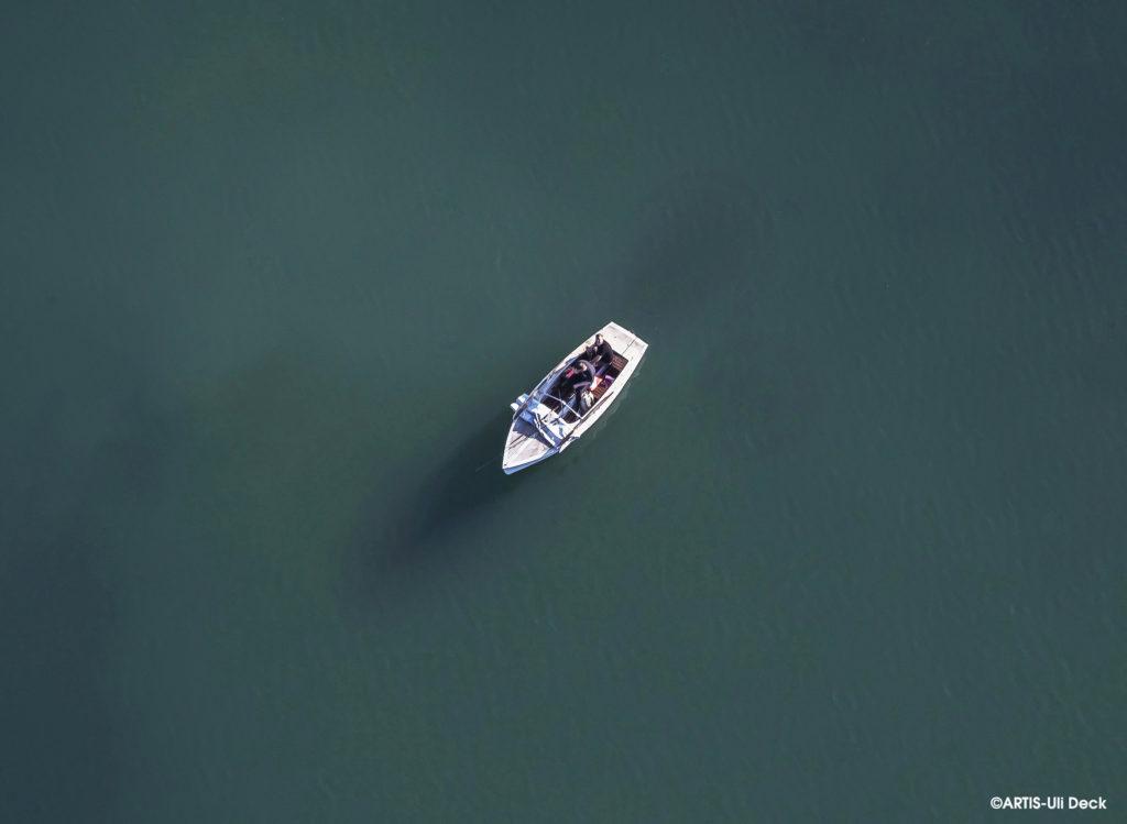 Luftbild (aus einem Flugzeug aufgenommen) von einem Boot mit Anglern auf einem See bei Rastatt. Foto Copyright: ARTIS-Uli Deck