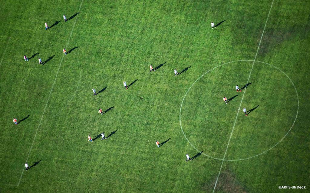 Luftbild (aus einem Flugzeug aufgenommen), Fußballer trainieren auf einem Sportplatz in Karlsruhe. Foto Copyright: ARTIS-Uli Deck #fußball#rasensport#ballsport#amateurfußball#sportplatz#karlsruhe#baden#sportler#grünerrasen#mittellinie#training#linien#luftbild#luftaufnahme#freizeit#fußballer#mittelkreis#sportplätze#spieler#mannschaft#mannschaften#training#trainieren#