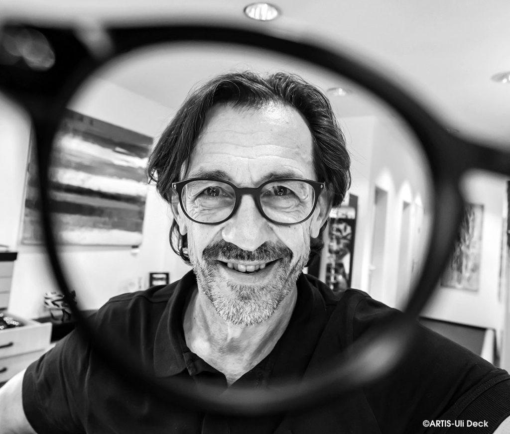 DER VISUELLE K(L)ICK. Businessportrait -  Uwe Lauinger, Optiker und Geschäftsführer von Knipper und Lauinger Optik in Karlsruhe schaut durch eine Brille. Foto Copyright: ARTIS-Uli Deck