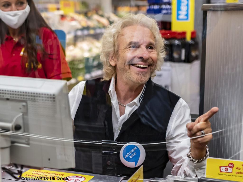 """Der TV-Entertainer Thomas Gottschalk als ehrenamtlicher Kassierer in einem Discounter in Rastatt. Er ist für die Spendenbewegung """"Deutschland rundet auf"""" in die Rolle des Kassierers geschlüpft. Mit Pfandspenden und kleinen Centbeträgen sollen sozial benachteiligte Kinder unterstützt werden. Foto Copyright: dpa/ARTIS-Uli Deck"""