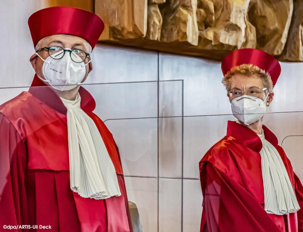 Bundesverfassungsgericht Karlsruhe, die Richterinnen und Richter des Zweiten Senats betreten den Sitzungssaal mit Mund und Nasenschutz zu einer Verhandlung zum CETA Handelsabkommen. Foto Copyright: dpa/ARTIS-Uli Deck #Bundesverfassungsgericht#verhandlung#richter#richterinnen#roteroben#verfassung#ceta#handelsabkommen#karlsruhe#barett#mundundnasenschutz#corona#EU#canada#kanada#europäischeunion#gericht#höchstesgericht#handelsabkommen#bundestag#prozesse#linke#europa#organklage#zweitersenat#zweitesenat#richter#handelspakt#bvg#wirtschaft#Beffchen#klage#linksfraktion#