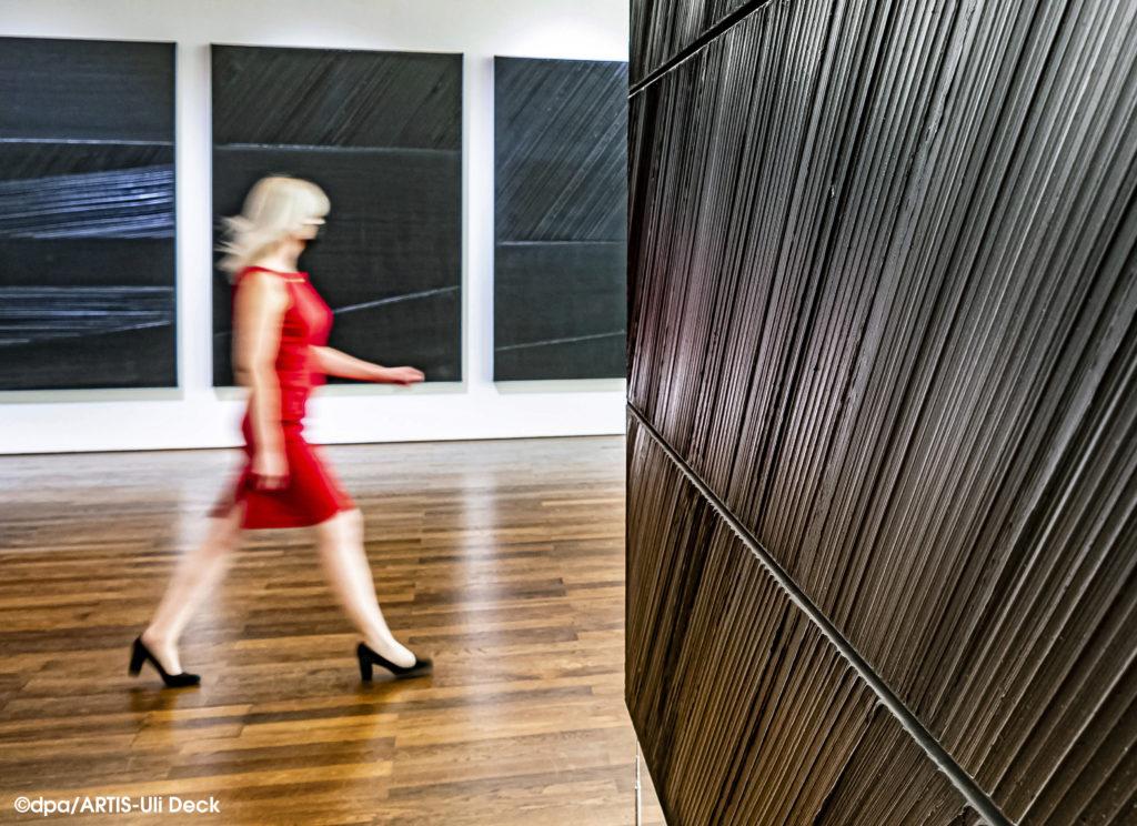 """Museum Frieder Burda, Ausstellung """"SOULAGES. MALEREI 1946 - 2019"""".   Zu sehen vom 17. Oktober 2020 bis zum 28. Februar 2021. Foto Copyright: dpa/ ARTIS-Uli Deck #pierresoulages#museumfriederburda#badenbaden#ausstellung#kunst#künstler#art#schwarz#frankreich#maler#französisch#hell#dunkel#rot#kontrast#malerei#kultur#Retrospektive#schwarzmalen#schau#"""