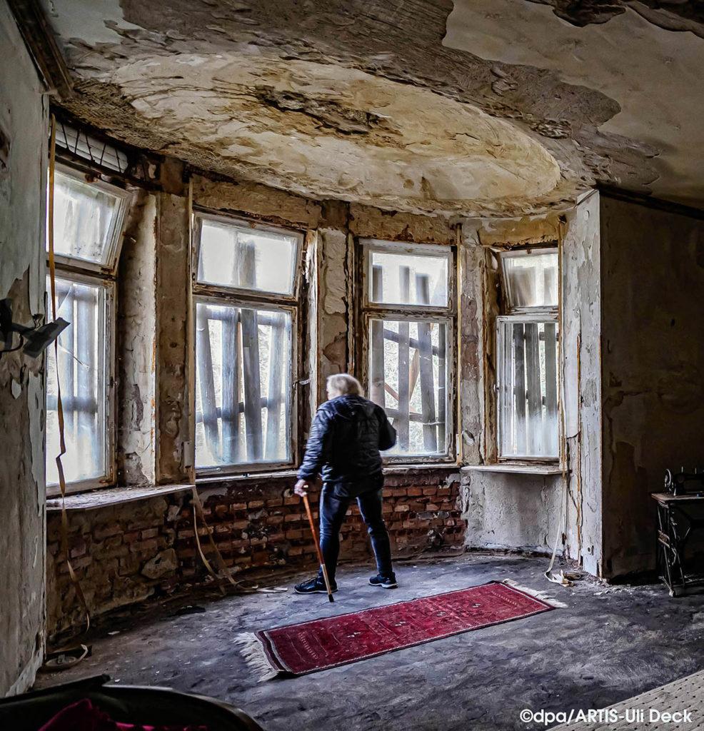 DER VISUELLE K(L)ICK -Lost  Places - Schlosshotel Waldlust in Freudenstadt.Blick in ein Zimmer dessen Scheiben mit Brettern verriegelt sind. Foto Copyright: dpa/ARTIS-Uli Deck