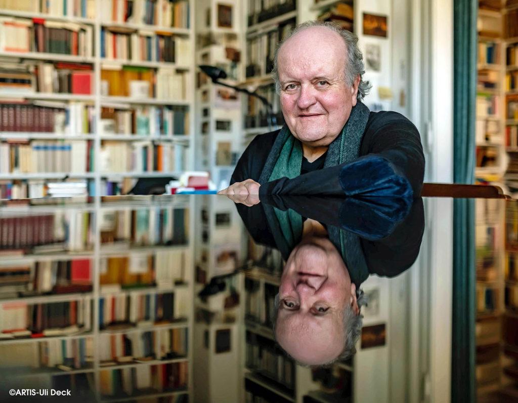 DER VISUELLE K(L)ICK - Künstlerportrait -  Der Komponist Wolfgang Rihm spiegelt sich in einem Flügel. Foto Copyright: ARTIS-Uli Deck