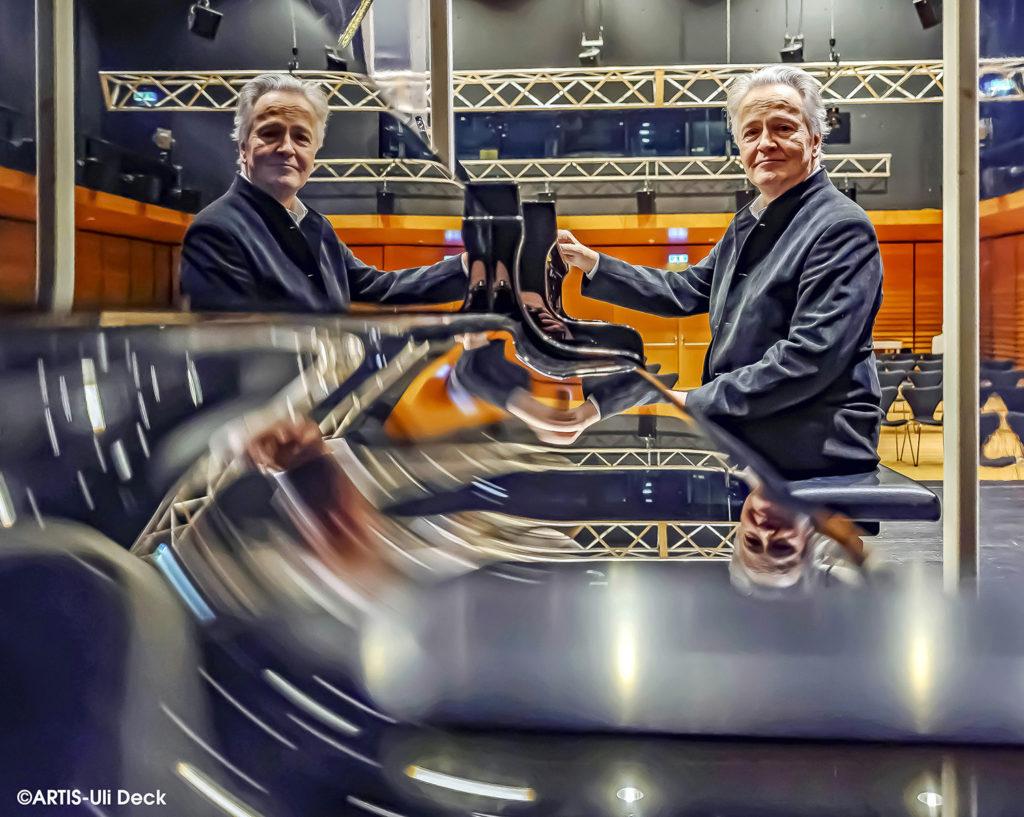 Kulturportrait in Zeiten von Corona - Hartmut Höll, Rektor der Hochschule für Musik Karlsruhe (HfM), aufgenommen im Wolfgang-Rihm-Forum an einem Flügel. Foto Copyright: ARTIS-Uli Deck