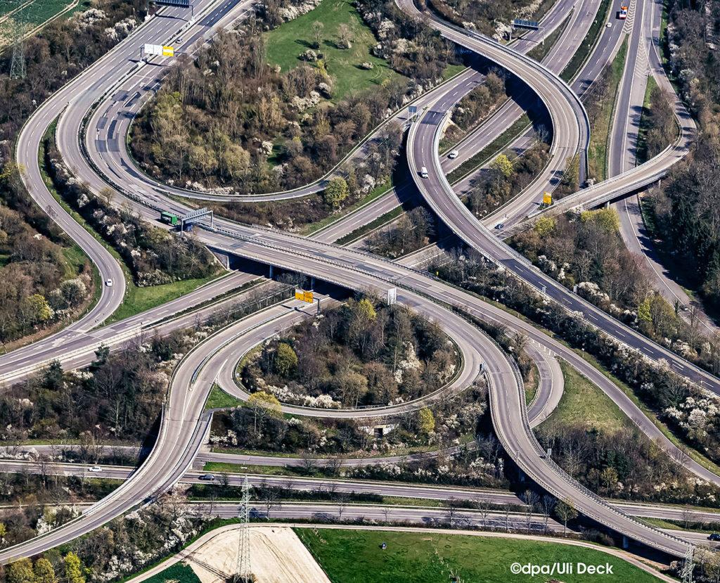 2. Platz - dpa Bild des Jahres 2020 in der Kategorie Symbolbild, mein Luftbild eines Verkehrsknoten bei Frankfurt am Main zu Coronazeiten. Foto: ©dpa/Uli Deck