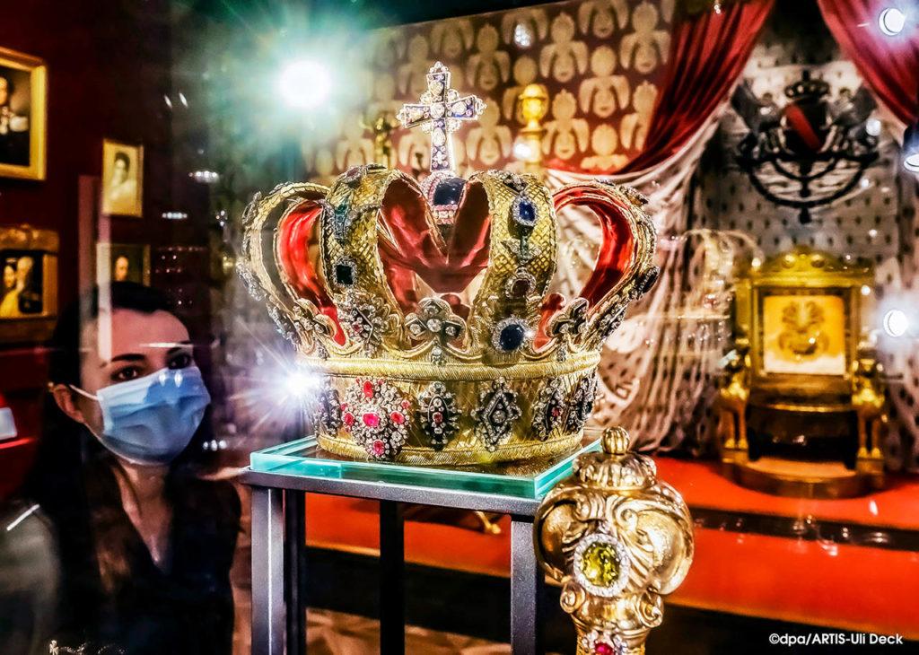 """Die Badische Krone in derAusstellung """"Schloss und Hof: Der Thronsaal – neu präsentiert""""  im Badischen Landesmuseum im Karlsruher Schloss. Foto: COPYRIGHT: dpa/ARTIS-Uli Deck"""