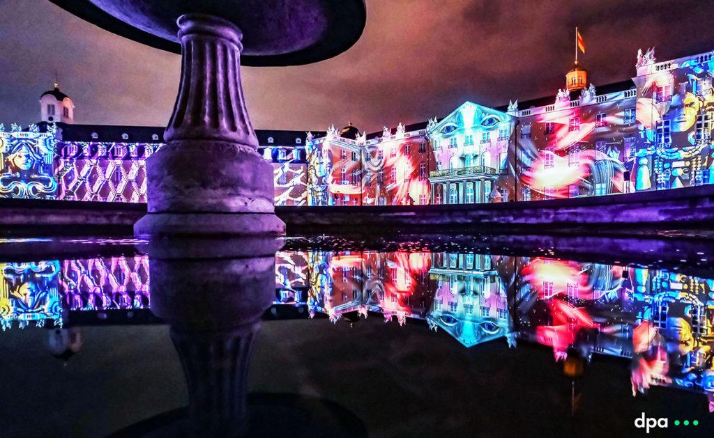 """17.08.2021 - Schlosslichtspiele Karlsruhe 2021 (vom 18.08. bis zum 03.10.2021). Abgebildet ist die Projektion """"SYNTHETIC SONNETS"""" von Antonin Krizanic . Foto COPYRIGHT: dpa/ARTIS-Uli Deck (Licensing via sales@picture-alliance.de )"""