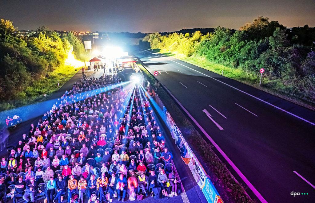 04.09.2021 - Open Air Kino auf der Autobahn A8 bei Pforzheim, die wegen Brückenarbeiten in beide Richtungen voll gesperrt wurde. Foto COPYRIGHT: dpa/ARTIS-Uli Deck. (Licensing via:  sales@picture-alliance.de )