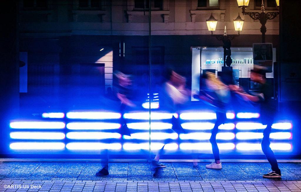 """14.09.2021 - Festival """"Seasons of Media Arts - Connected Future"""" (17.09.-bis 17.10.2021), Installation """"Klangkanal"""" von  Peter Weibel,2012-2021, an einem Schaufenster des Regierungspräsidiums Karlsruhe am Rondellplatz. Foto COPYRIGHT: ARTIS-Uli Deck"""